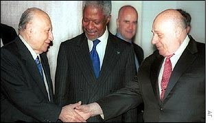 Kofi Annan looks on as Cyprus President Glafcos Clerides and Turkish Cypriot leader Rauf Denktash shake hands (file photo)