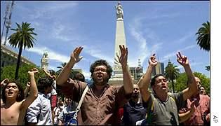 Argentinos protestan en las calles de Buenos Aires.