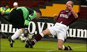 Jimmy Creaney (right) of Linlithgow Rose gets the better of Auchinleck keeper, Stuart McIntosh