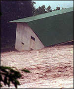 [ image: A house slides into Cangrejal River in Honduras]