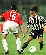 [ image: Edgar Davids looks to go past Roy Keane]
