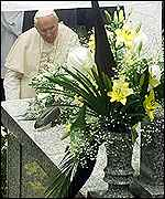 [ image: The Pope prayed at the grave of his parents]