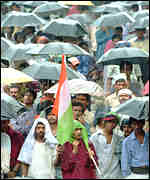 [ image: Congress supporters rally in the rain on Thursday]