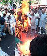 [ image: Congress supporters burn an effigy of Pramod Mahajan]