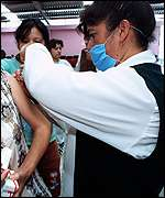 [ image: Nurses in Itztapalapa vaccinate residents]