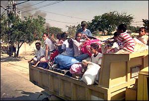 Est-Timorais fuyant les troubles et se réfugiant dans la partie indonésienne de l'île en 1999 (BBC).
