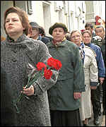 [ image: Russians queue to pay their respects]