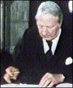 [ image: British PM Edward Heath signs the Sunningdale agreement]