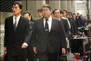 image: [ Investigators from the Tokyo District Prosecutor's Office arrive at the Bank of Japan ]
