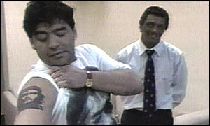 Maradona shows off a tattoo of Cuban hero Che Guevara