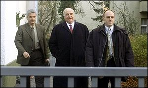 Helmut Kohl: Flanked by security agents after resignation