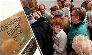 queue outside Moscow bank in August 98
