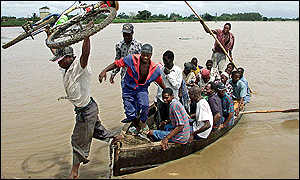 Mozambicans disembark after crossing the Limpopo