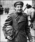 Red Army soldier with Hitler statue