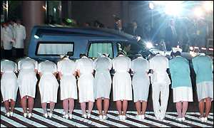 Nurses bow to Mr Obuchi's hearse