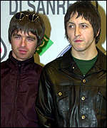 Noel Gallagher and Gem Archer, February 2000