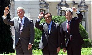 Bill Clinton, Antonio Guterres and Romano Prodi at the end of their joint meeting