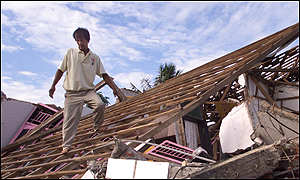 Sumatra quake: Man on collapsed roof