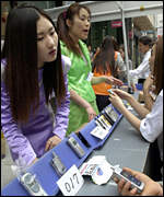 South Koreans shop for mobile phones