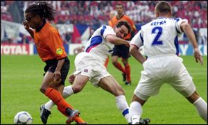 Edgar Davids tussles with the Czech defence