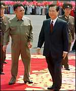 Presidents Kim Jong-il and Kim Dae-jung at the airport