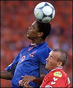 Patrick Kluivert beats Michael Schjonberg in an earlial challenge