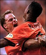 Frank De Boer celebrates with Patrick Kluivert