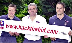 England's Nick Barmby (left) with manager Kevin Keegan (centre) and Michael Owen