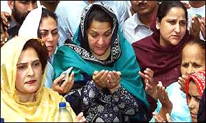 Kulsoom Nawaz with supporters