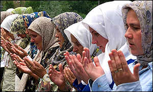Women praying near Srebrenica