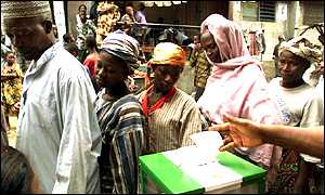 Nigerians voting in 1999