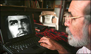 Alberto Korda looks at his famous photo on a portable computer