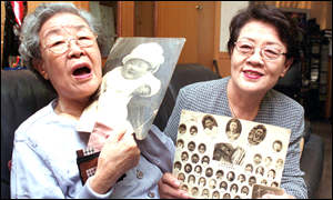 Hong Gil-moon, and her daughter Kim Suk-Bae display family albums