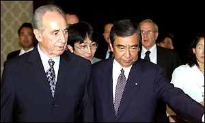 Mr Peres [L] and Japanese Foreign Minister Yohei Kono