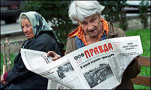 Women reading about the Kursk in a Moscow park