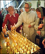Russians light candles for the crew of the Kursk