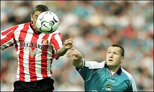 Sunderland's Kevin Phillips outjumps City's Steve Howey