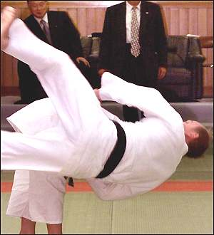 http://news.bbc.co.uk/olmedia/910000/images/_911383_judo300.jpg