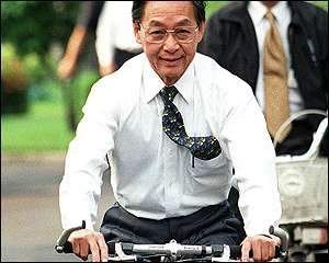 Chuan Leekpai rides to work at Government House