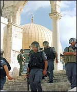 Israeli forces with Dome of the Rock in the background