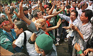 image: [ Pro and anti-Habibie supporters clash at the national parliament ]