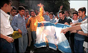 In Damascus, Syrians burn the Israeli flag