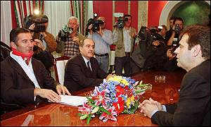 Montenegro President Milo Djukanovic (left) and Yugoslav President Vojislav Kostunica (right)