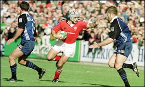 Alan Quinlan evades Dan Lyle during Munster's win
