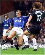Ronald de Boer at full stretch to pass Freddie Dindeleux