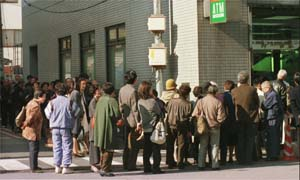 image: [ Investors queue outside Yamaichi branch ]