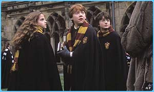 Hermione, Ron and Harry in their Hogwarts' scarves